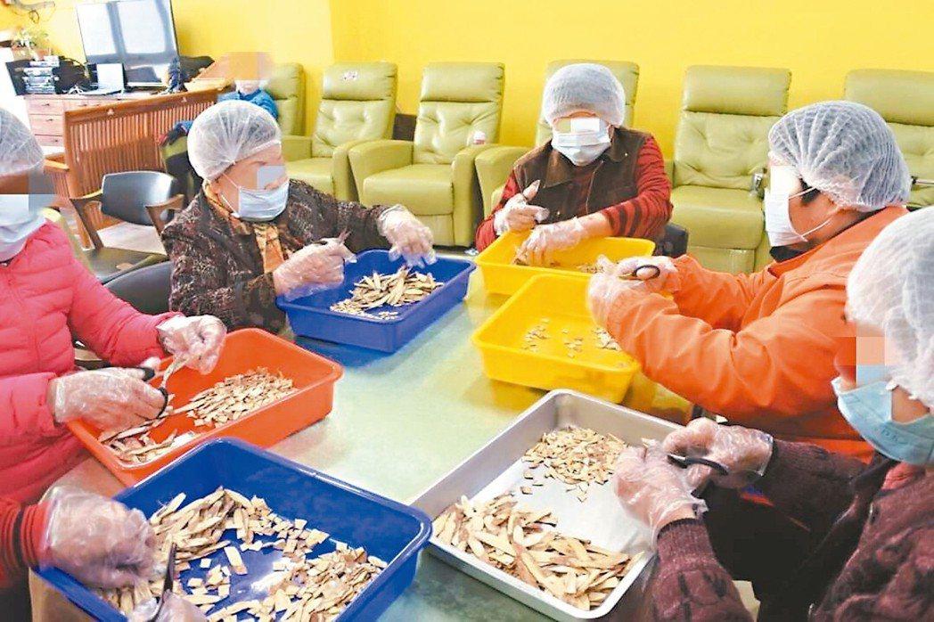 日照中心長輩幫忙包裝養生茶,遭批作法失當,但專家認為,讓老人家有事做,參與有收入...