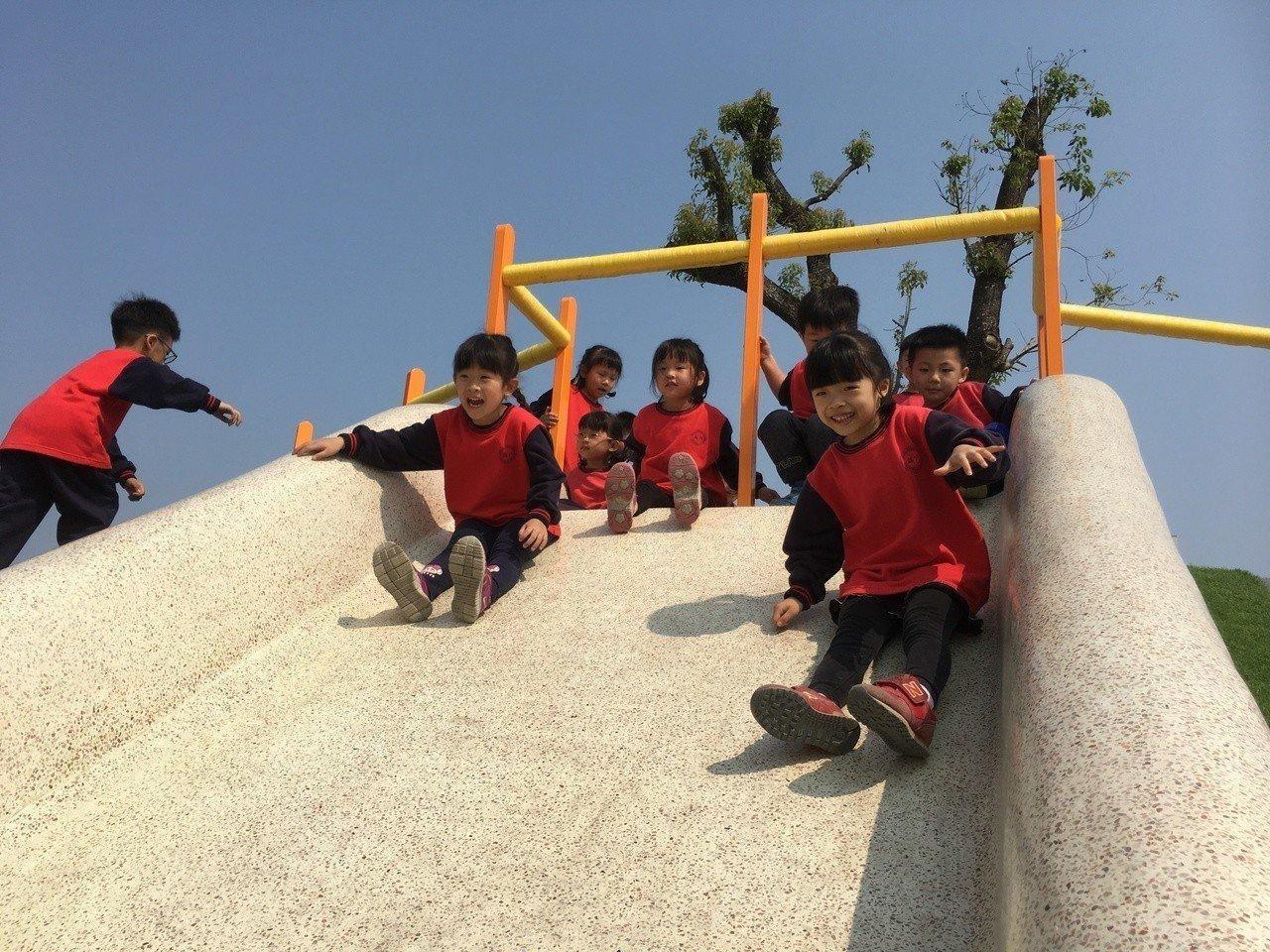 斗六市公所在斗六市藝術水岸園區打造斗六第一個特色安全兒童遊憩園區,吸引家長帶孩子...