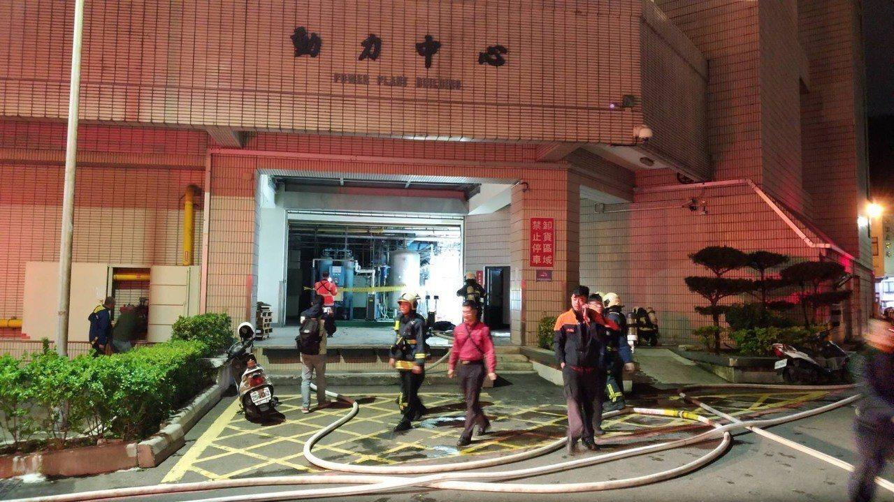 榮總今晚傳出1樓冒煙,消防人員佈設水線降溫。 記者蕭雅娟/翻攝