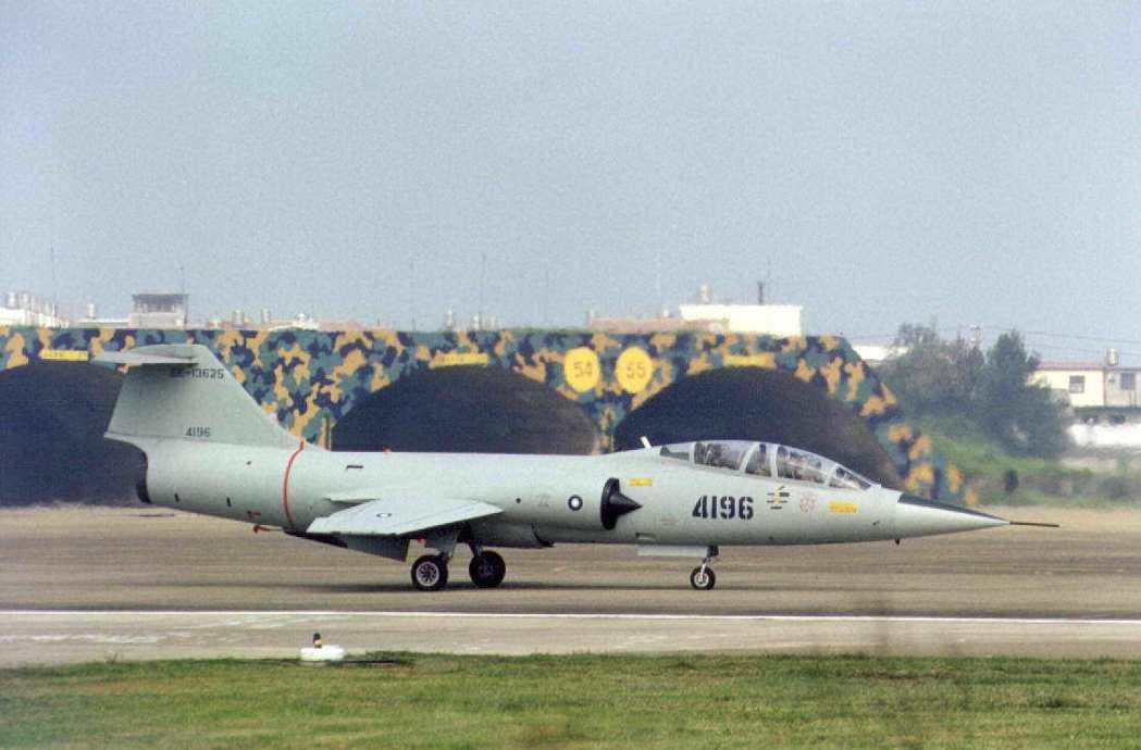 圖為在台海上空征戰長達40年的F一0四型戰鬥偵察機,配屬在空軍新竹基地,1998...