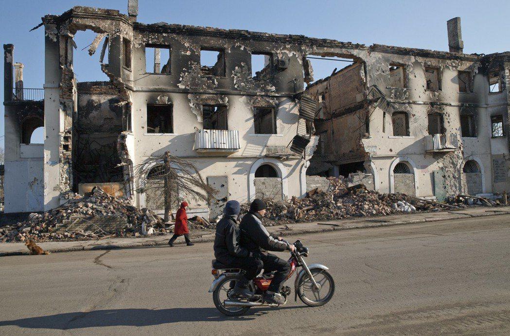 烏克蘭東部城市烏格列戈爾斯克市區因內戰砲火一片狼藉。 (美聯社)