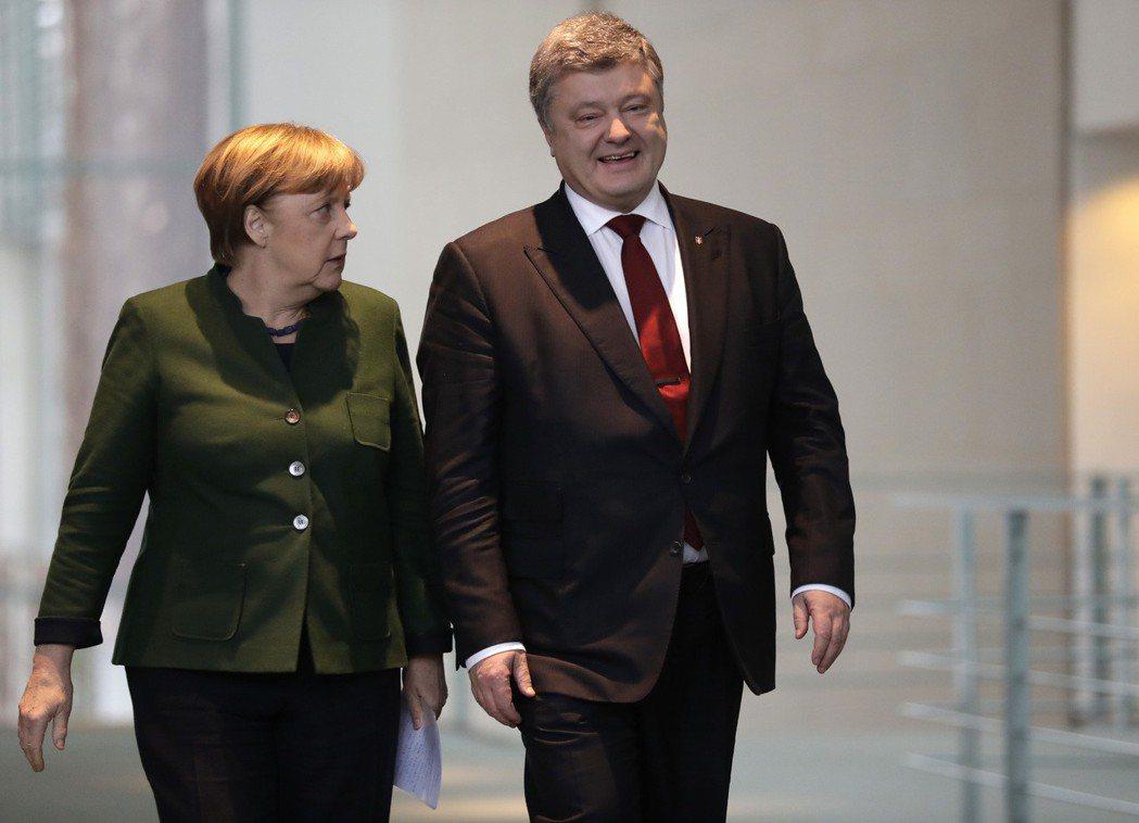 烏克蘭總統波洛申科(右)很想加入歐盟和北約,德國總理梅克爾(左)還未正式考慮。 ...