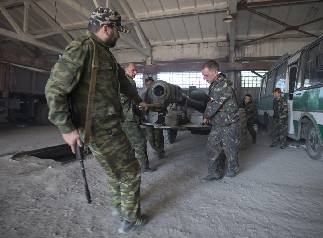 烏克蘭東部親俄的分離主義叛軍正在架設榴彈砲。 (路透)