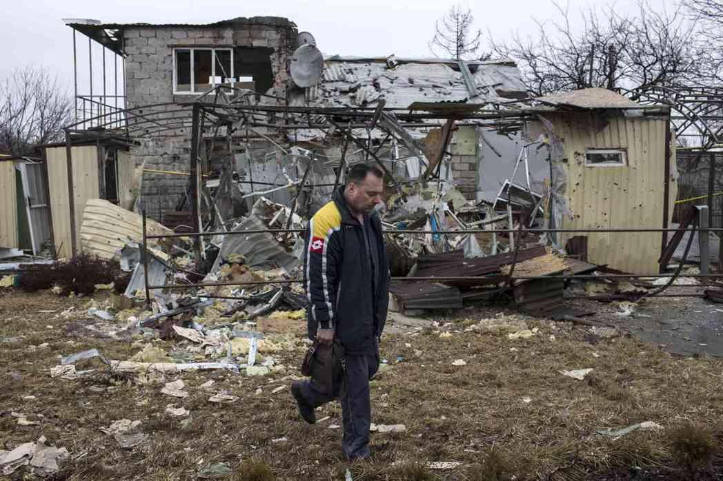 烏克蘭東部頓內次克的房舍遭內戰砲火摧毀。 (路透)