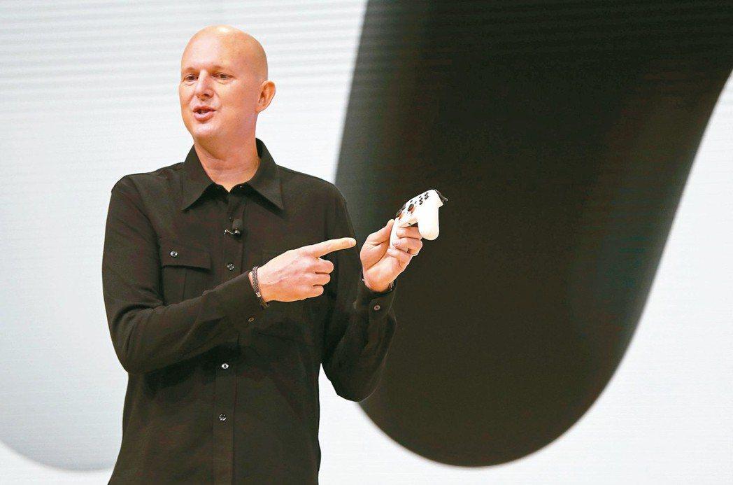 哈里森介紹Stadia所使用的遙控器。 路透
