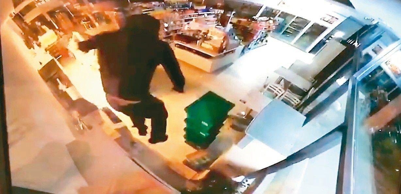 新竹縣府統一超商,昨晚遭竊賊從上方侵入。 圖/取自監視器影像