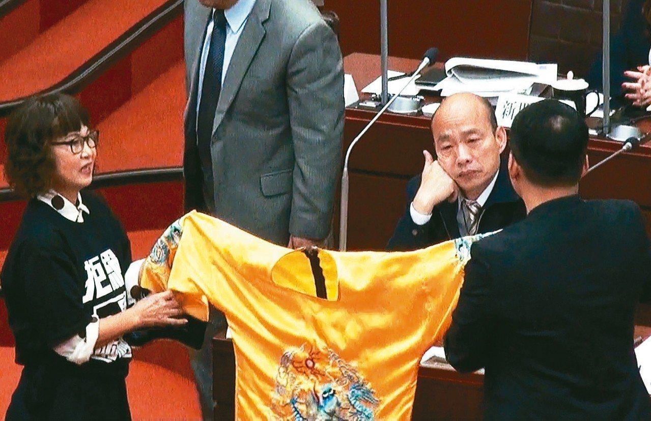 民進黨議員上午拿黃袍給高市長韓國瑜,韓滿臉無奈。 記者謝梅芬/攝影