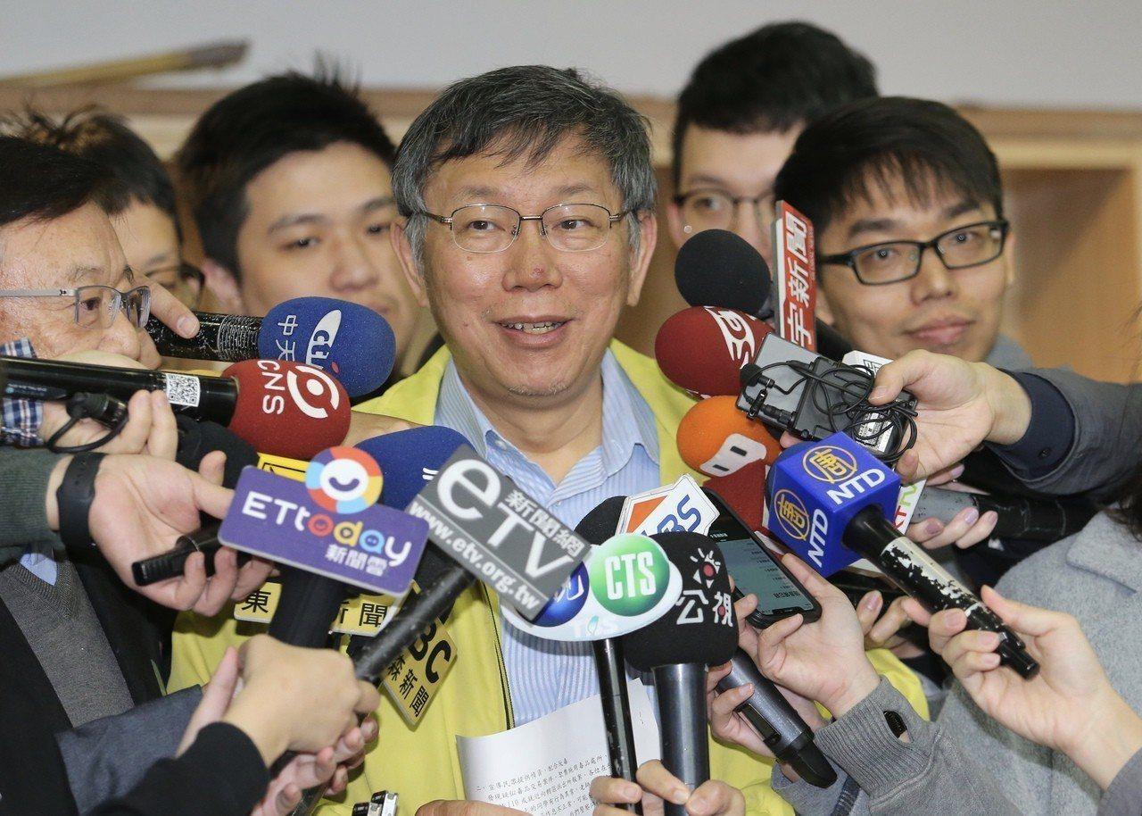 台北市長柯文哲(中)上午到幸安國小反毒宣導,會前接受媒體記者聯訪,談到參加大甲媽...