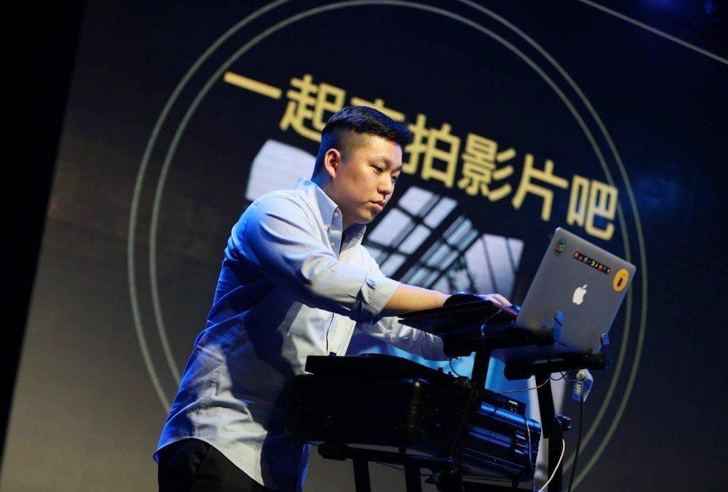 由於傳統教育仍缺乏培育藝術領域人才的養分,台灣的藝術環境處處看見一人身兼多職,圖...