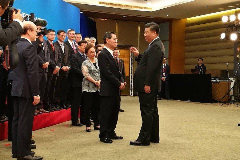 前副總統蕭萬長率團參加中國海南的「博鰲亞洲論壇」,一行人「站著聆聽習近平發表3分...