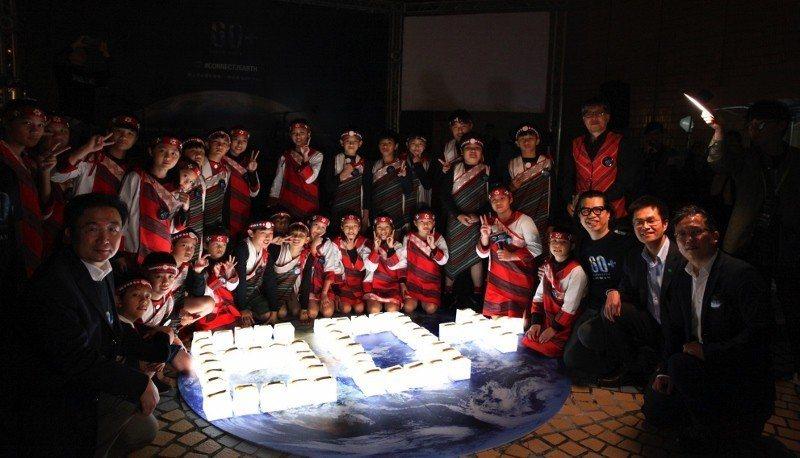 泰雅部落「義興兒童合唱團」獻聲演唱,美好歌聲中,大家拿起LED太陽能燈,合作排列...
