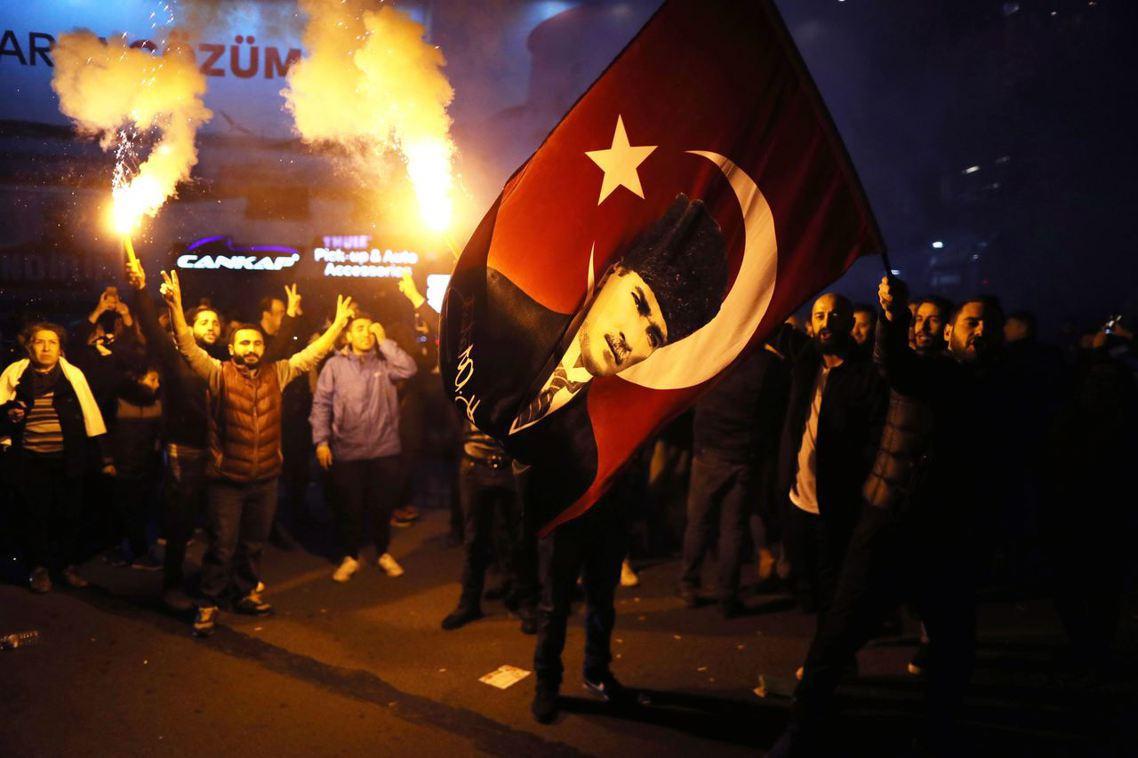 CHP支持者搖旗。 圖/歐新社