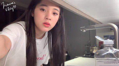 歐陽娜娜日前一番「我是中國人」言論遭不少網友砲轟,歐陽一家過往的「台獨/中國人」事蹟也被挖出,惹得台灣、大陸兩邊不討好。而她今在臉書曝光紀錄日常生活的Vlog影片,不過她曝光影片時還寫道「三月是一個...