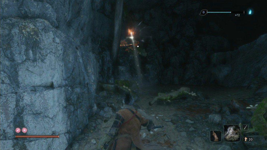 這裡的小洞穴牆壁上都是壁虎,一隻隻用手裡劍解決。