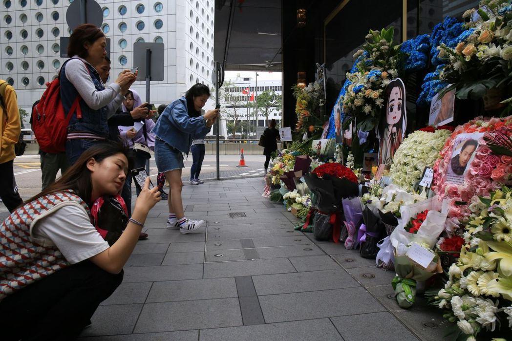 道路兩旁簇擁鮮花。香港01記者鄧詠中/攝影