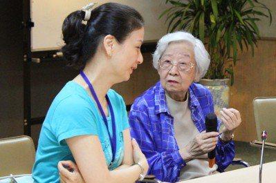 風格低調的作家齊邦媛(右)堅持住長庚養生村。圖/報系資料照