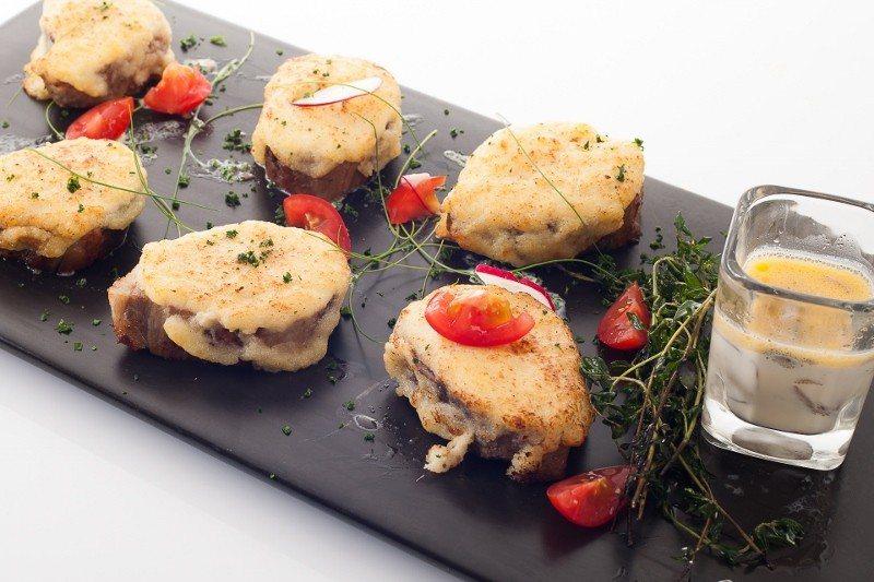 法式焗烤起司豬肉佐蘑菇醬。 業者/提供