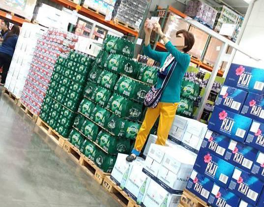 一名大媽雙腳踩在欲販售的商品上,竟然只為了自拍。圖片來源/爆怨公社