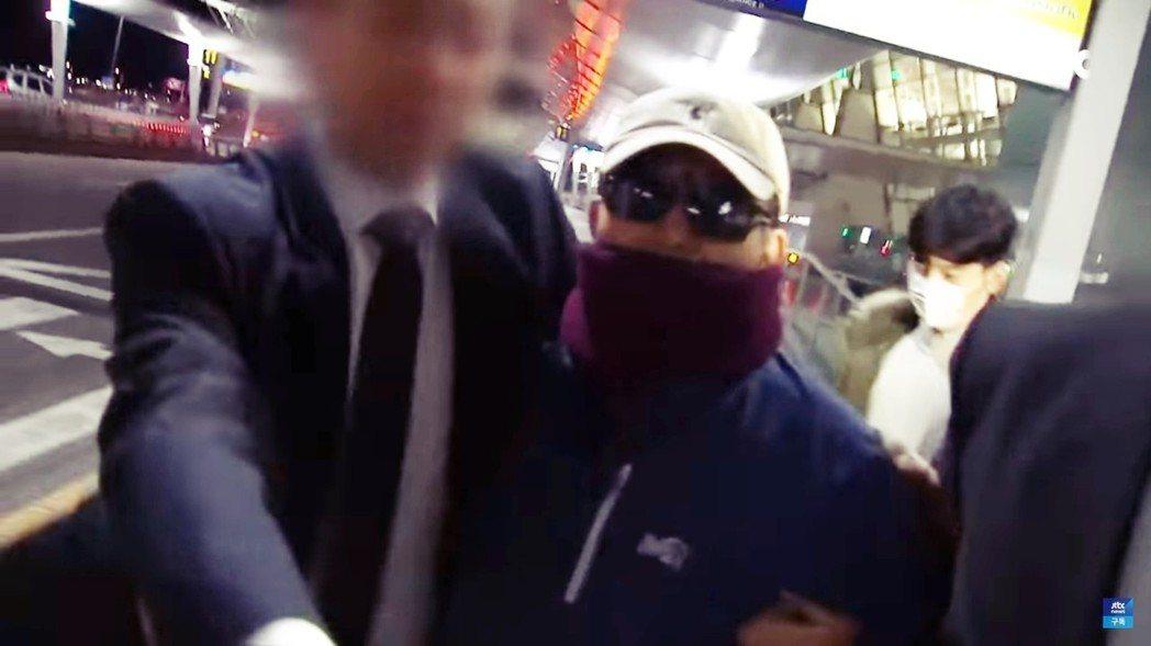 在調查團盯上自己後,接到風聲的金學義(口罩)也於同日下午匆忙前往仁川國際機場,直...