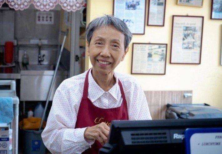 高齡72歲的Sally,在Chatters Cafe裡負責帳務管理工作。圖/Si...