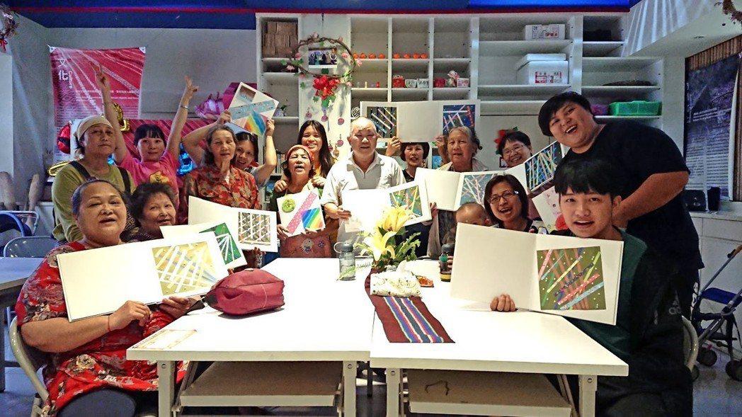 比亞外生命繪本第五週課程「人生的低谷與悲傷」結束,青年和長者們開心合影。 攝影/...
