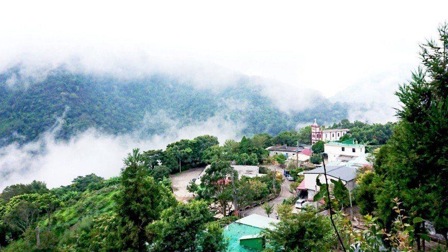 每到傍晚時候,山谷間的雲霧便開始蠢蠢欲動,站在高點往部落的方向看去,蒙上一層薄紗...