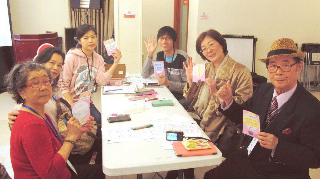 好幫團隊透過活動帶領長者一同寫下熱汽球造型的願望卡片。好幫團隊提供