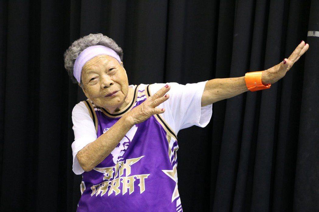 90歲的王陳碧盡阿嬤非常喜歡跳街舞,俏皮地比出美國嘻哈舞姿一Dab。攝影/蔡昀容...