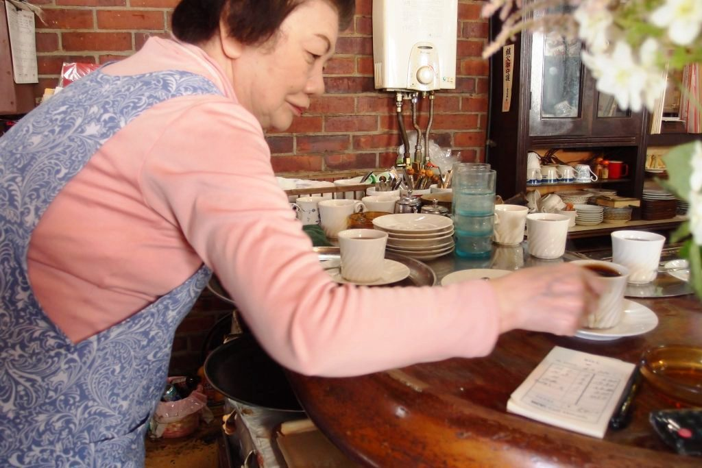 在外場的上島太太,雖然動作緩慢,但還是熟練地張羅著杯盤餐具。看我們人多餐點多,老...