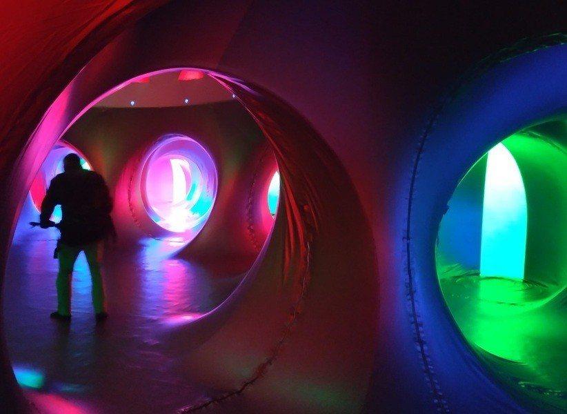 走進氣球搭建的建築中,瞬間眼前所見景象被紅藍綠三原色填滿,讓人不自覺沉浸在一股平...