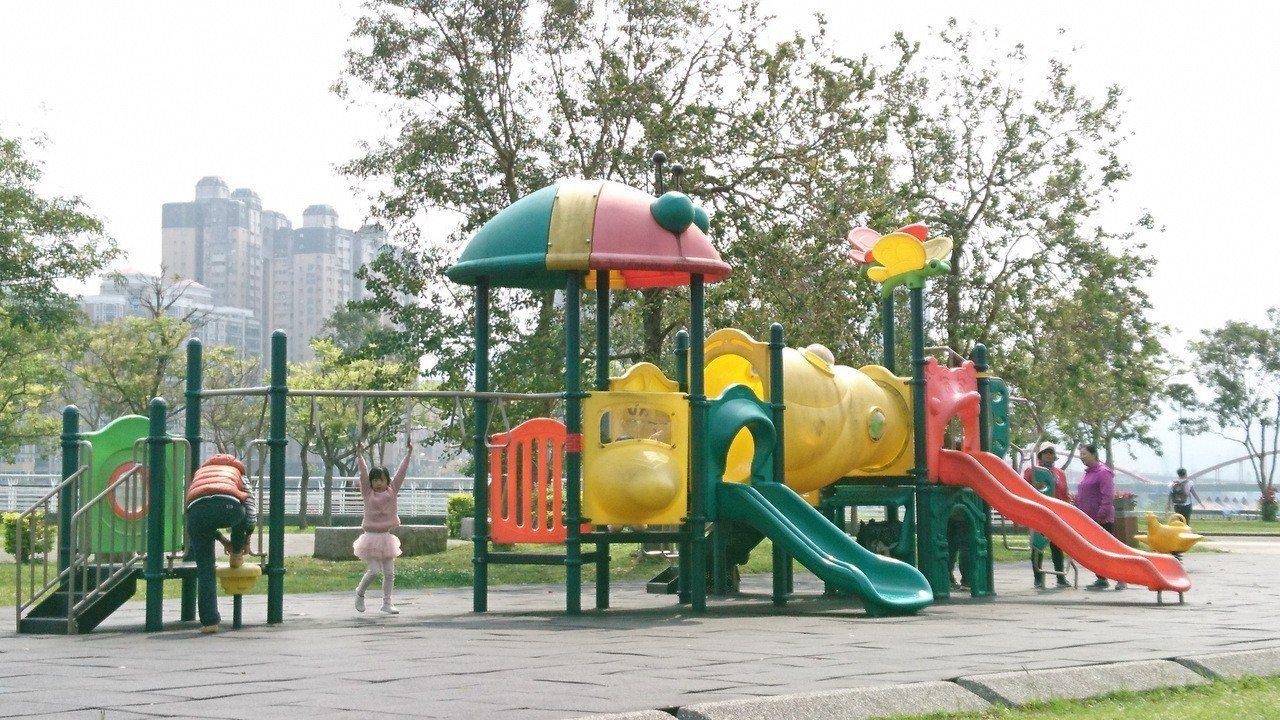 新北市積極推動特色公園,但有新店網友在市長侯友宜臉書留言「為什麼新店沒有一個特色...