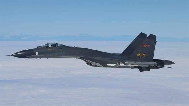 中共空軍「殲十一」戰機,昨日在澎湖西南方飛越海峽中缐,與我方戰機對峙長達十分鐘之...