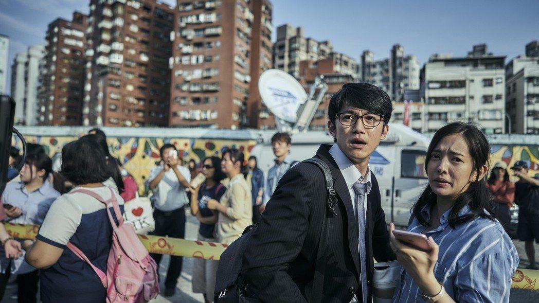 吳慷仁(左)飾演法扶律師,卻與家庭產生矛盾。圖/公視提供