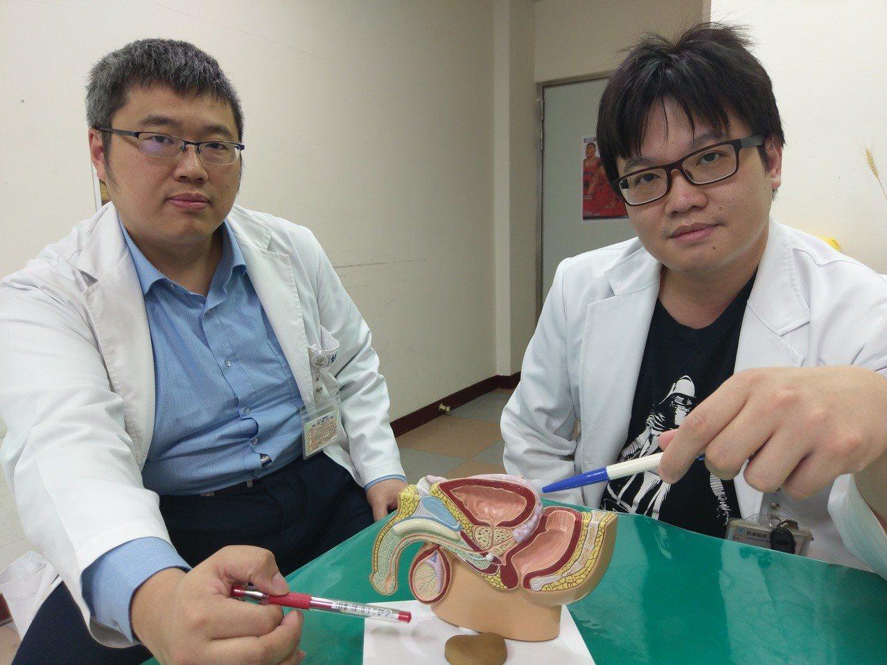 醫師說明老翁膀光掉在陰嚢的位置。圖/衛福部豐原醫院提供