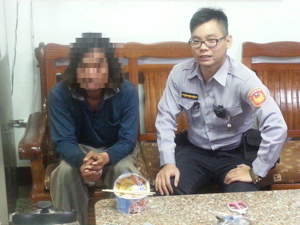 斗南警察分局古坑分駐所警員蔡明君(右)協助男子返家。圖/警方提供