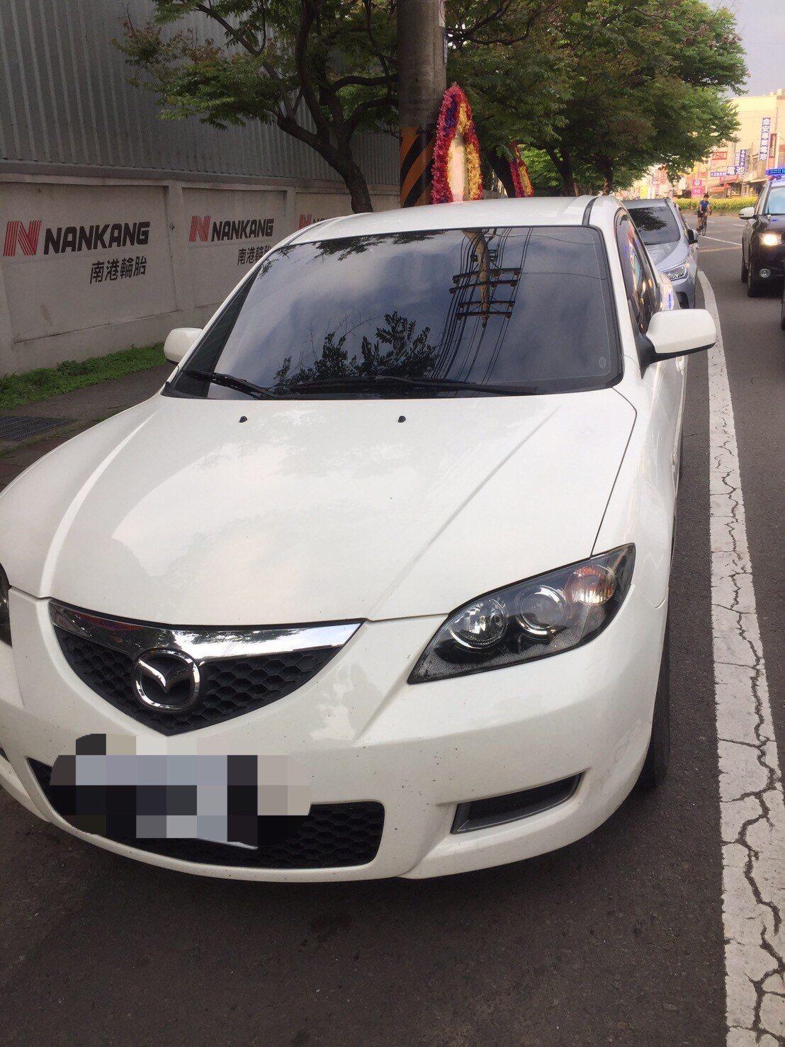 新竹縣警方昨天在輪胎行旁圍牆逮捕偷竊縣府超商的歐嫌,當時他正在竊取自小客車AYZ...