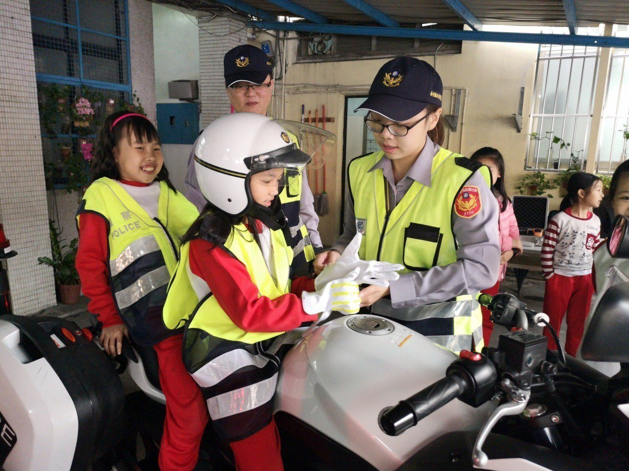 警方希望從互動中也讓小朋友們對警察工作有良好的初體驗,並建構基本的犯罪預防概念進...