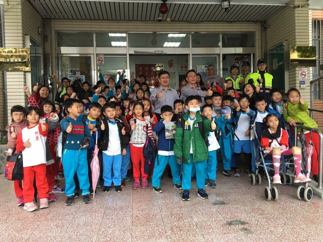新竹縣竹東國小66位小朋友,今天上午在學校老師們的帶領下參訪竹東警分局。圖/警方...