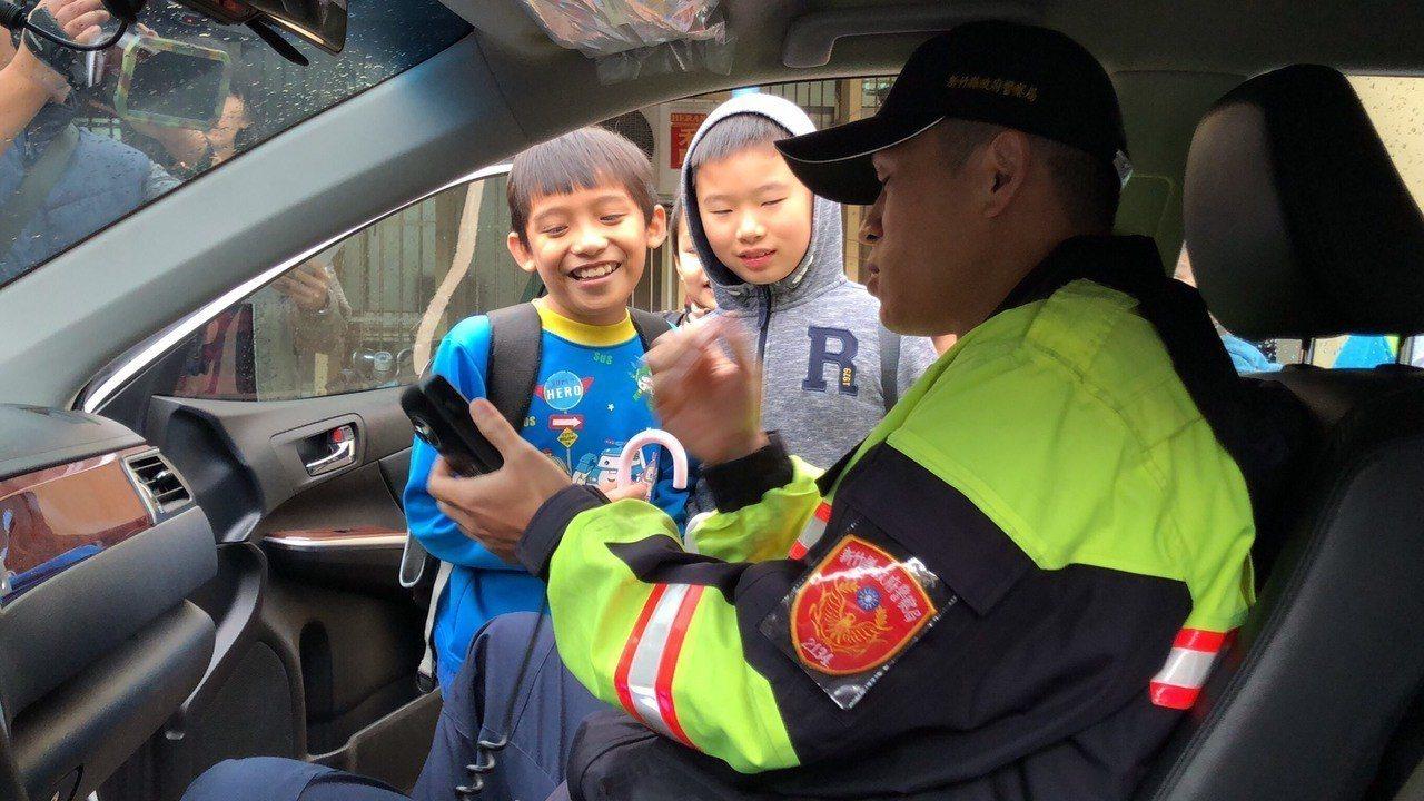 由分局親切的警察哥哥、姐姐們熱情接待,採寓教於樂方式,讓這群可愛的小朋友們吸收相...