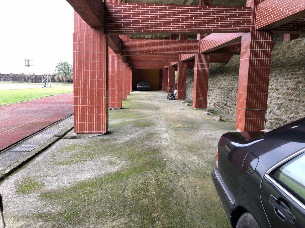 游文言遭投訴將自己擁有的賓士車停放在學校空間,還偷電替電瓶充電,但基隆地檢署審酌...
