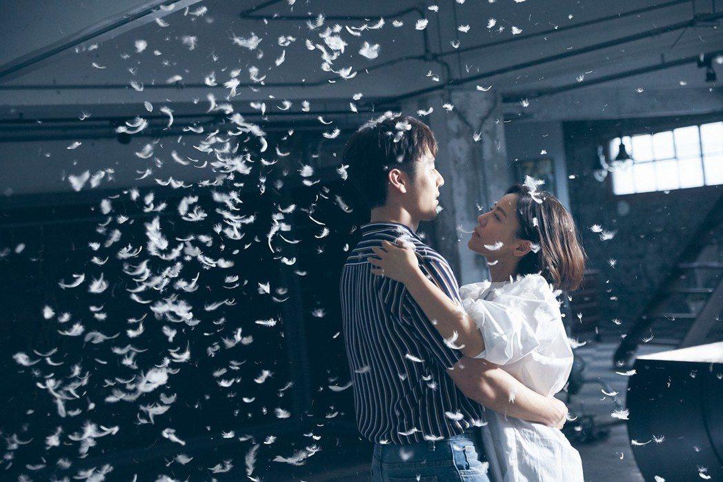 丁噹(右)、胡宇威在羽毛中浪漫共舞,實際上是吃足苦頭。圖/相信提供