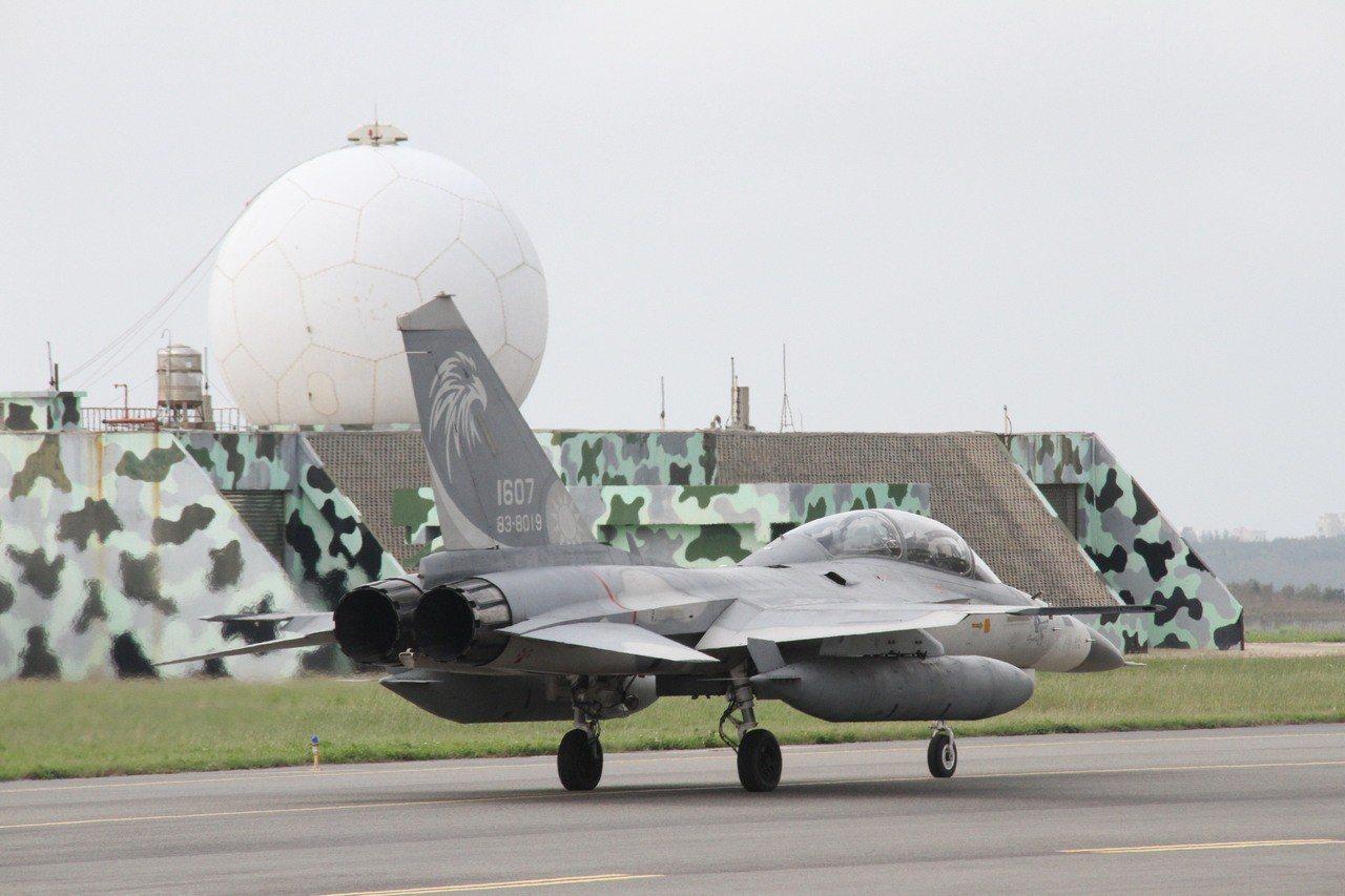 空軍IDF戰機每年4到9月進駐澎湖的「天駒部隊前進部署任務」,昨日上午才在馬公完...