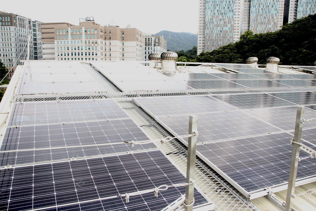 有不少廠商會在屋頂裝設太陽能板,夏天可以降低室內溫度。報系資料照,記者魏翊庭/攝...