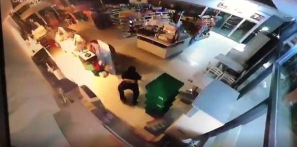 新竹縣政府有竊賊從二樓「跳入」未加裝屋頂的府內一樓超商行竊。圖為翻攝畫面