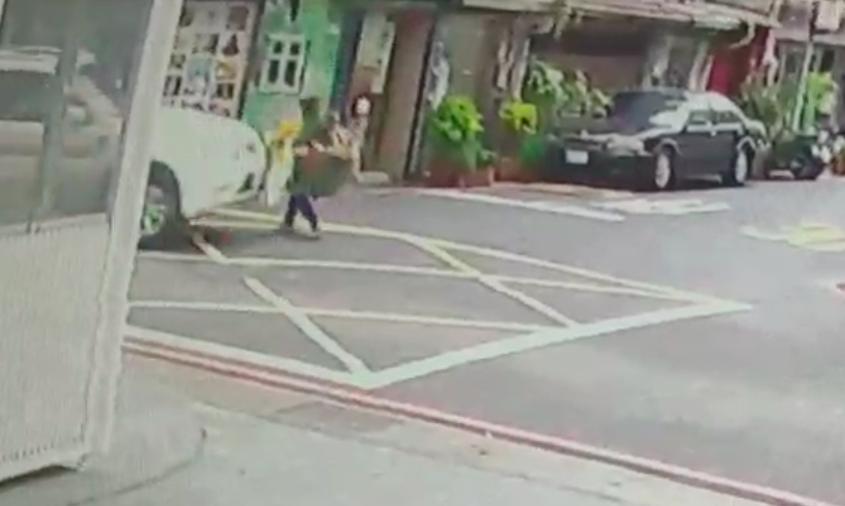 肇事休旅車疑似左轉彎時,為注意車前狀況,直接撞上婦人。記者蕭雅娟/翻攝