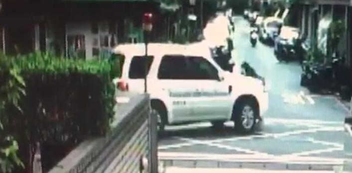 休旅車左轉彎撞上婦人。記者蕭雅娟/翻攝