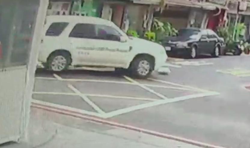婦人遭捲進車底。記者蕭雅娟/翻攝