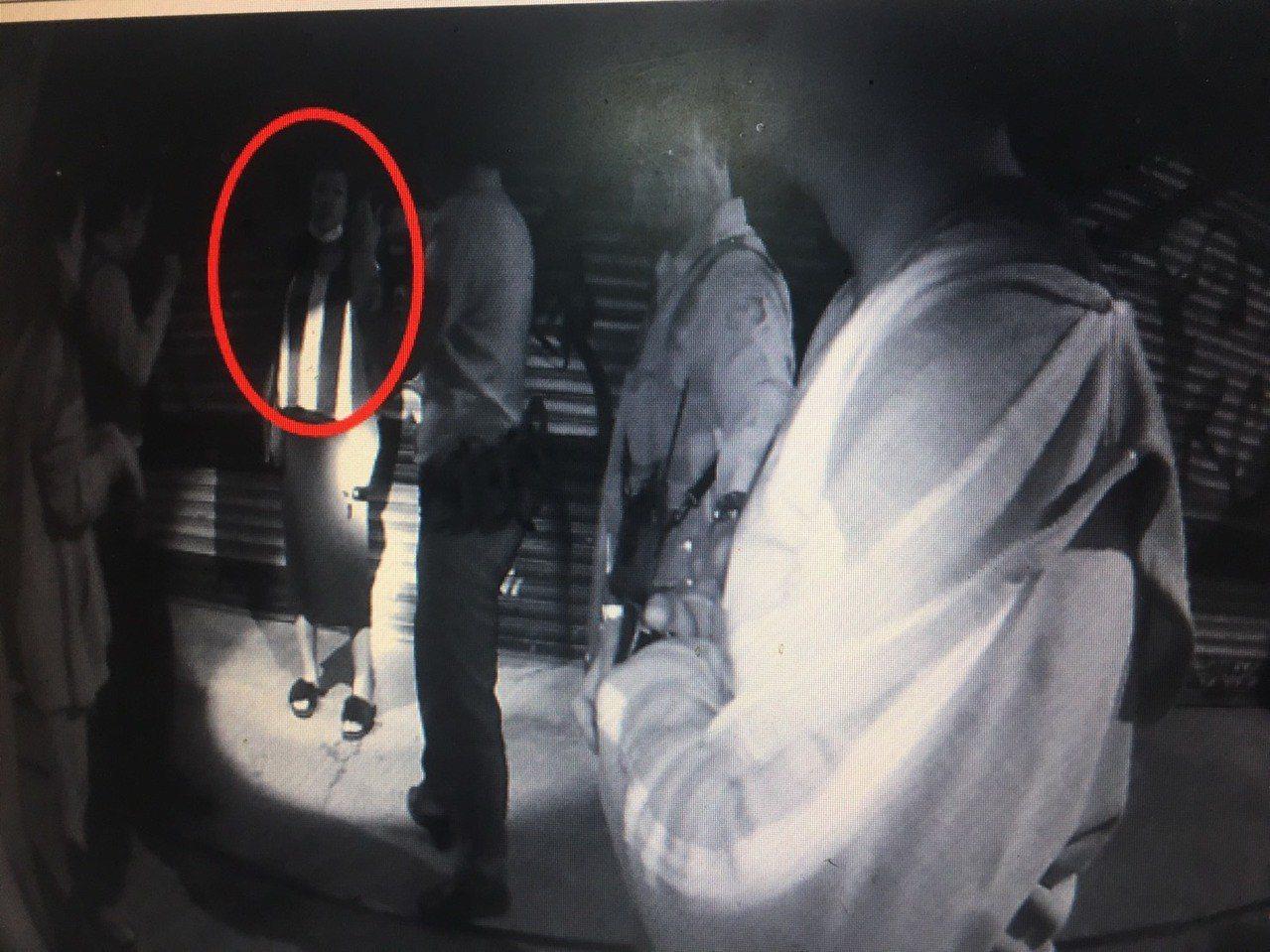 秦男遭員警攔查,因藏毒心虛,竟打電話請林姓未婚妻到場幫忙滅證。記者江國豪/翻攝