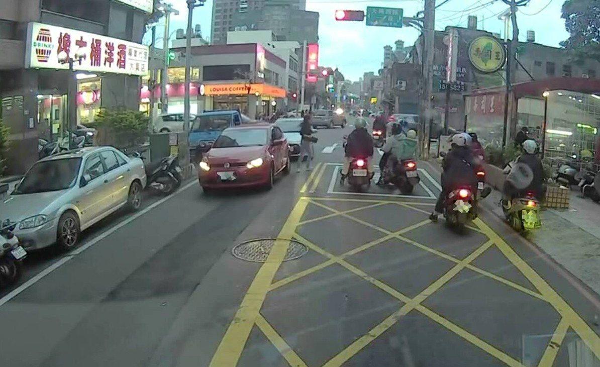 桃園市長髮女子開進口車為了買壽司在桃園路中停車,令在場停等紅燈騎士傻眼。圖/翻攝...