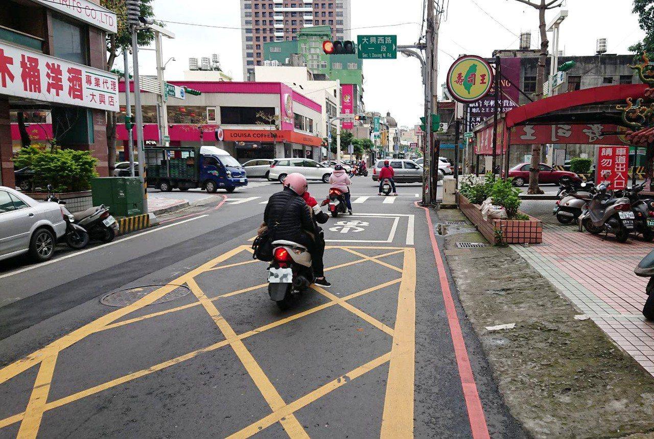 桃園市長髮女子開進口車為了買壽司在桃園路中停車,令在場停等紅燈騎士傻眼,今天路口...